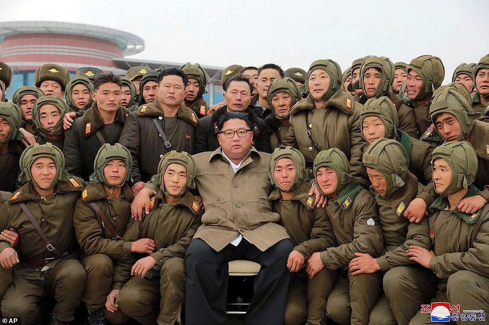 Hình ảnh Chủ tịch Kim Jong Un chụp ảnh với lực lượng lính nhảy dù Triều Tiên