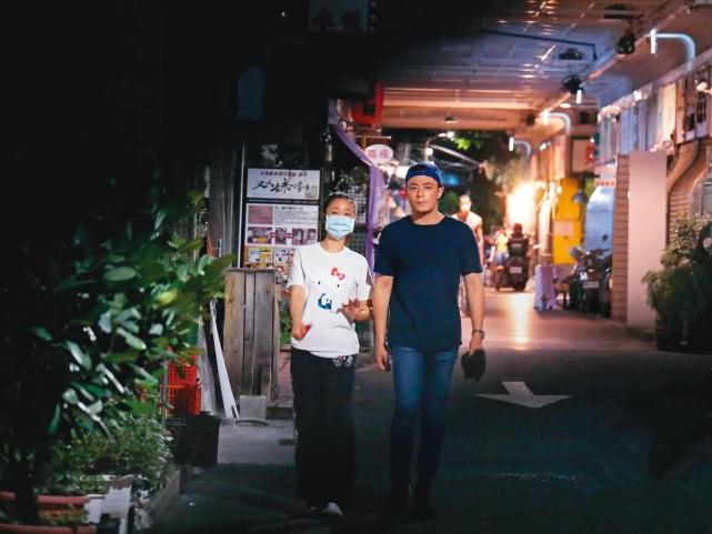 Lâm Tâm Như bị bắt gặp nắm tay Hoắc Kiến Hoa tình tứ trên phố-3