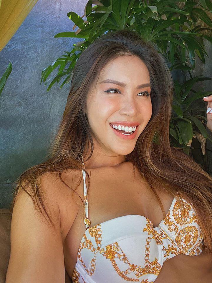 Minh Tú tung ảnh bikini tự nhận là 'bà hoàng thả thính'