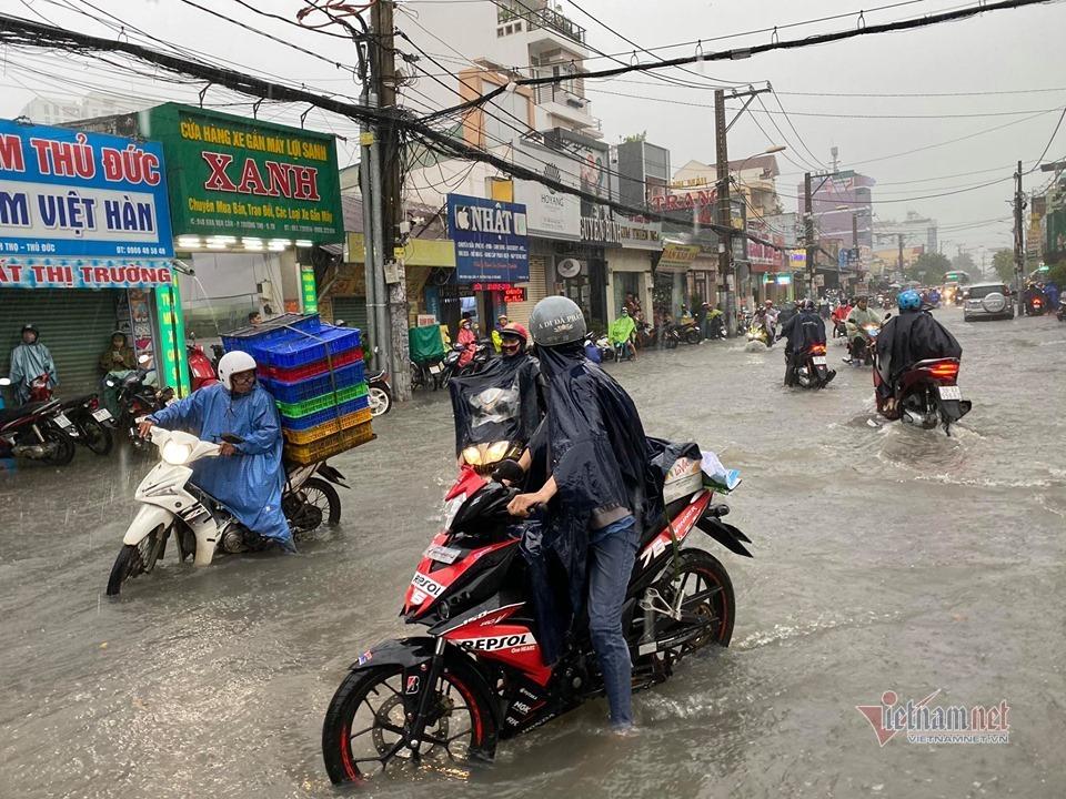 Mưa như trút, nước cuồn cuộn như suối ở Sài Gòn
