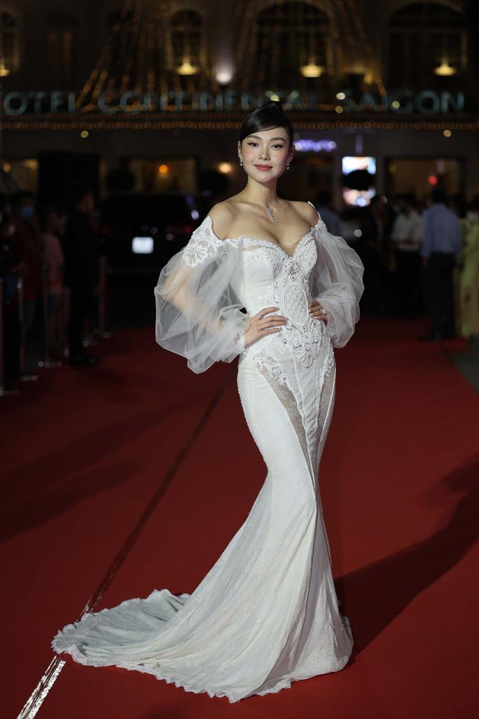 Minh Hằng, Quỳnh Lam khoe vai trần gợi cảm trên thảm đỏ Mai Vàng 2020 - Ảnh 1.