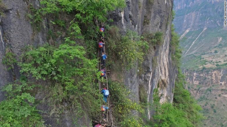Cảnh sống khó tin ở ngôi làng cheo leo trên vách núi