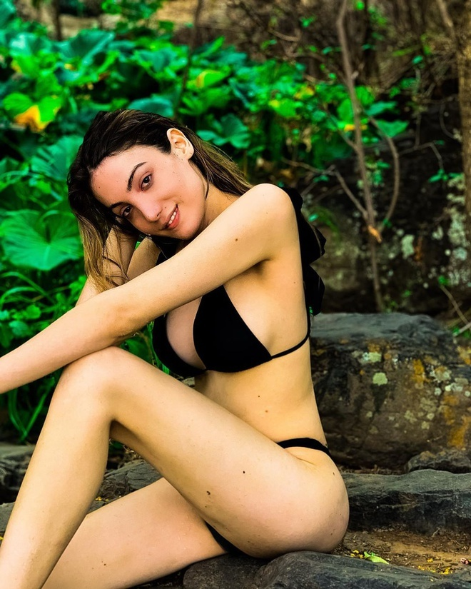 Vóc dáng nuột nà của Hoa hậu chuyển giới 2020