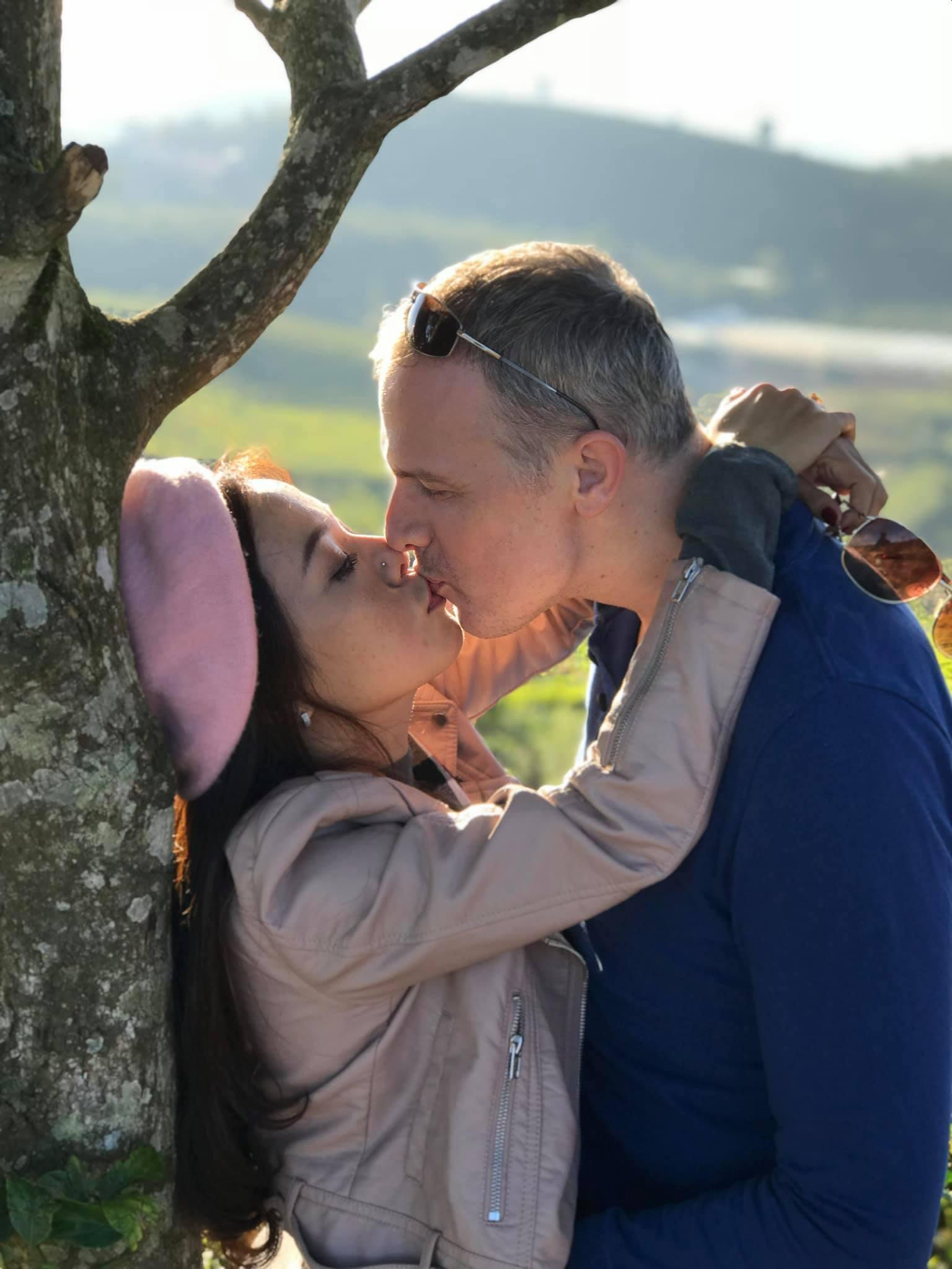 Những khoảnh khắc tình cảm của Lý Thanh Thảo và chồng Tây