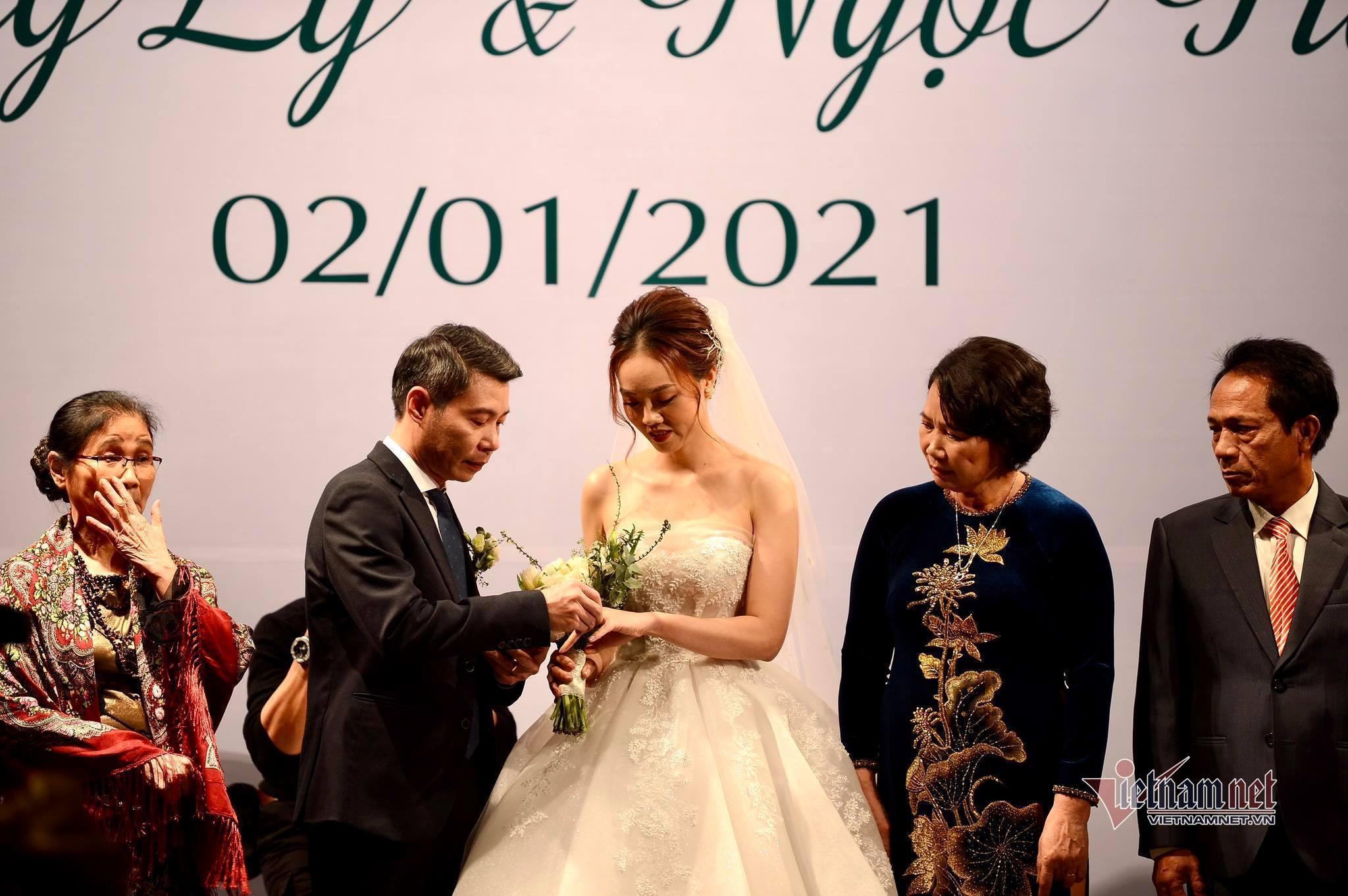 NSND Công Lý ngượng ngùng hôn cô dâu kém 15 tuổi trong tiệc cưới