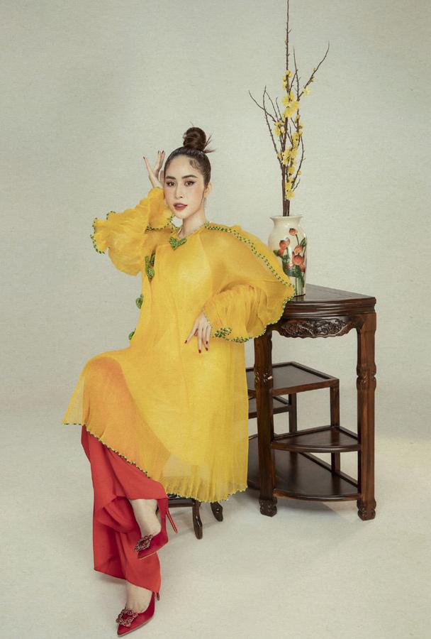 Phan Ngọc Hân diện áo dài yếm khoe lưng trần đón Tết