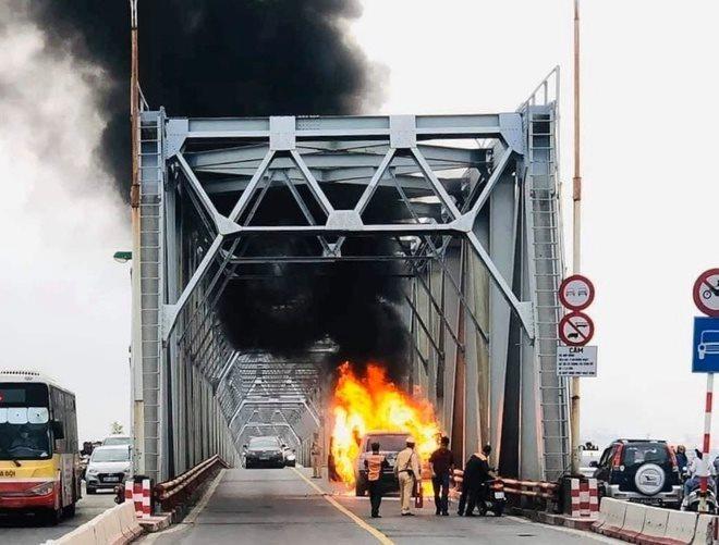 Sau 30 phút cháy dữ dội, xe Range Rover trơ khung trên cầu Chương Dương