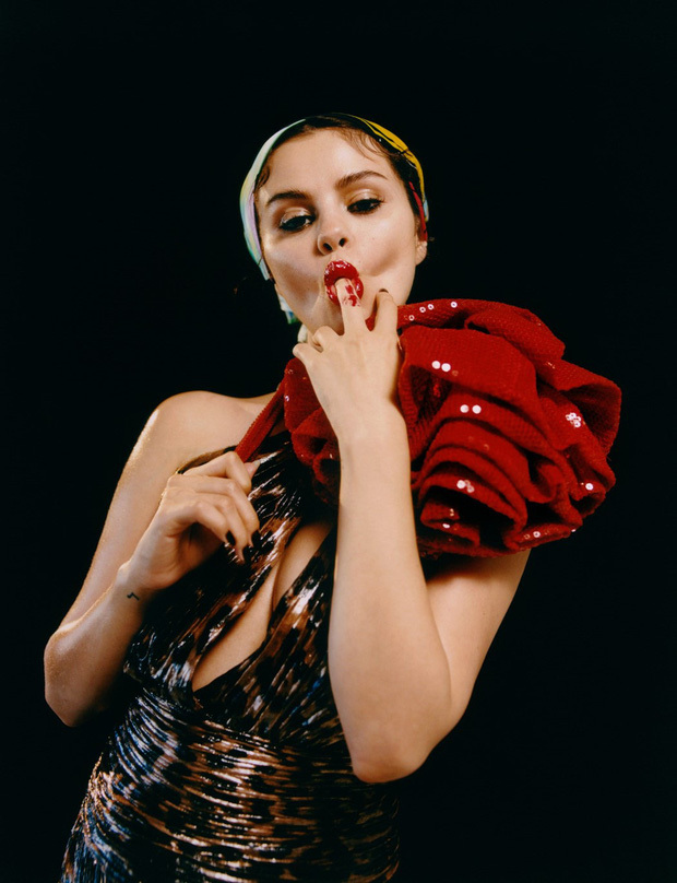 Selena Gomez gợi cảm hết cỡ trong loạt ảnh mới