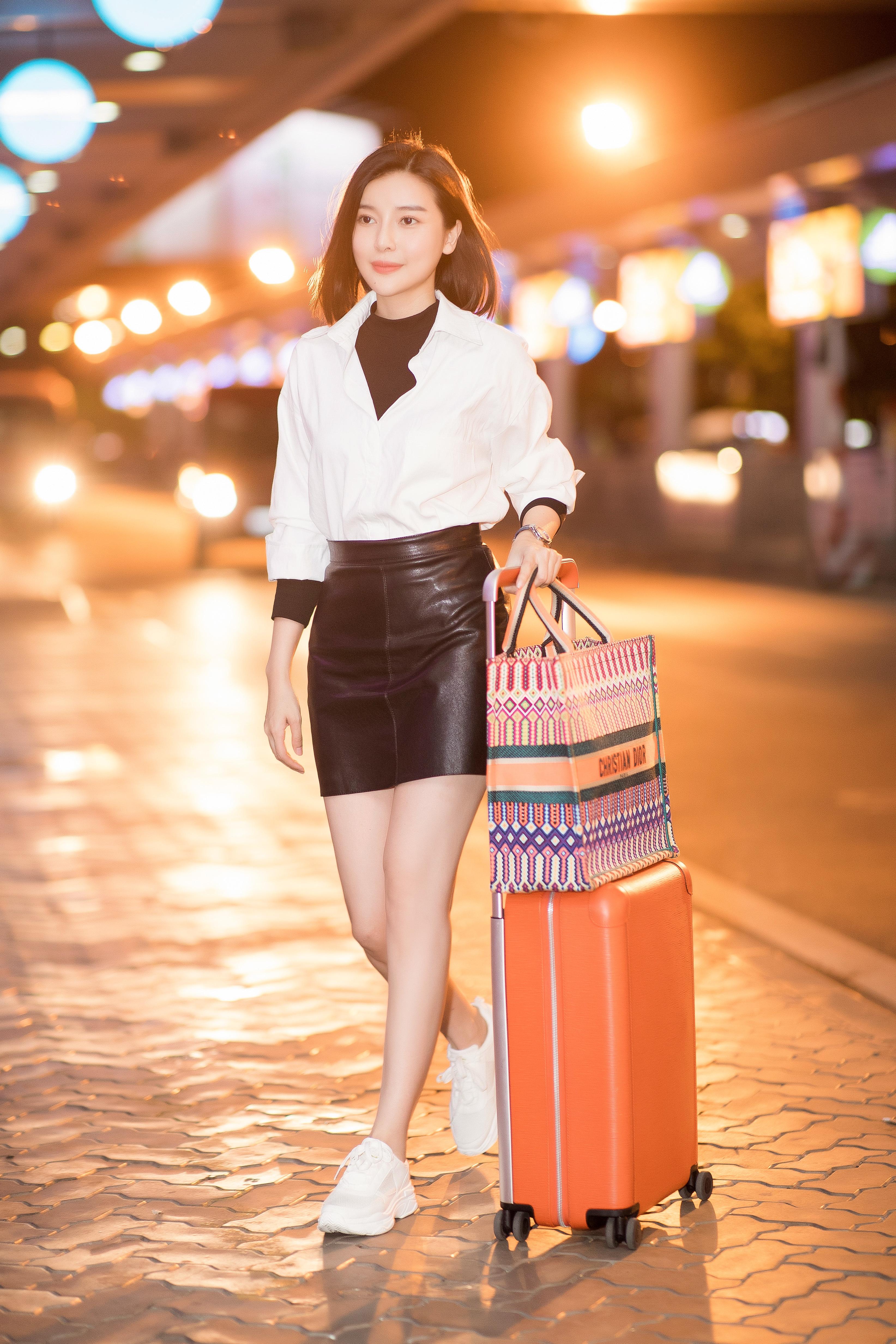 Style sân bay năng động khoe chân dài, eo thon của Cao Thái Hà