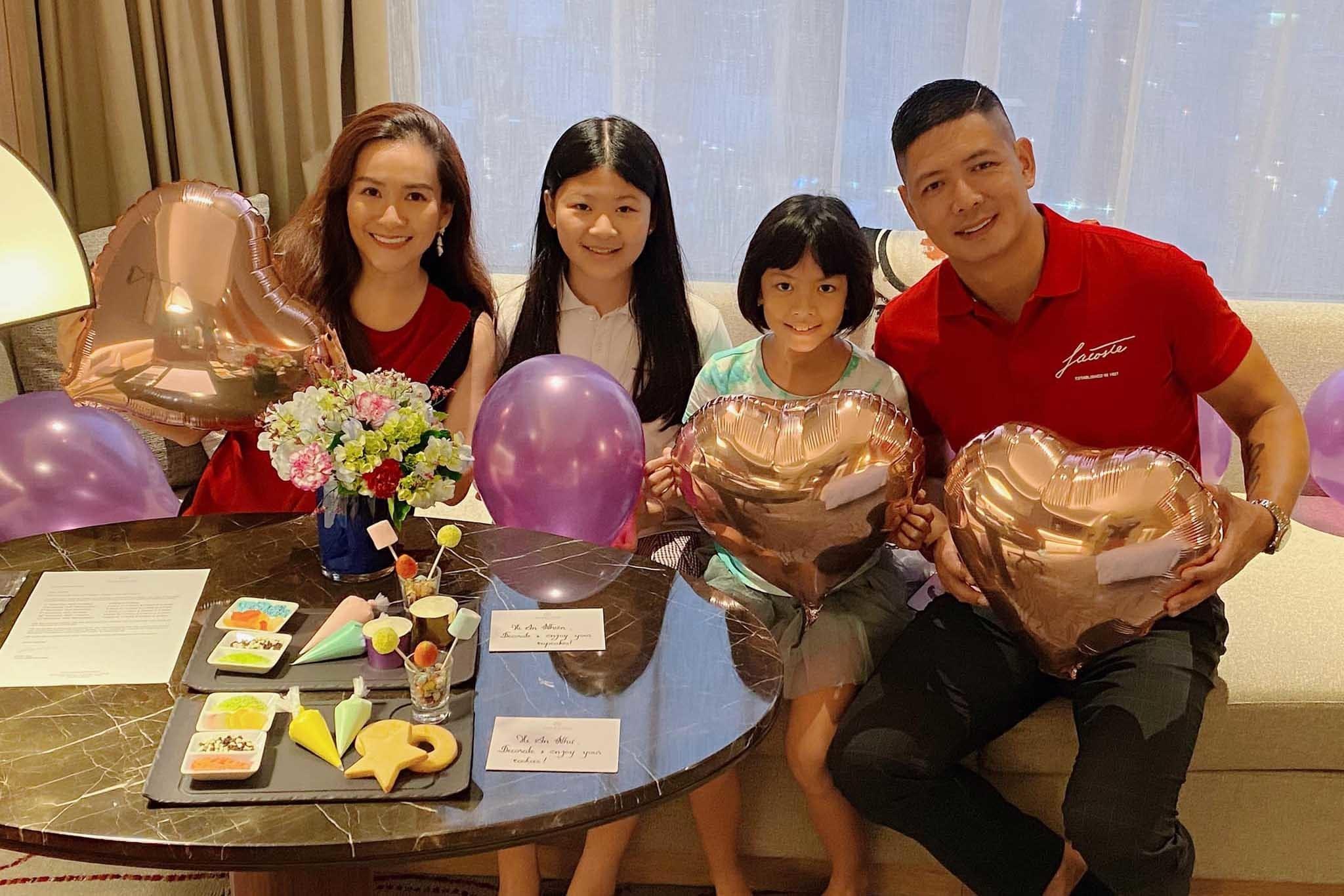 Tình yêu 'chị em' kém chục tuổi vẫn hạnh phúc trong showbiz Việt
