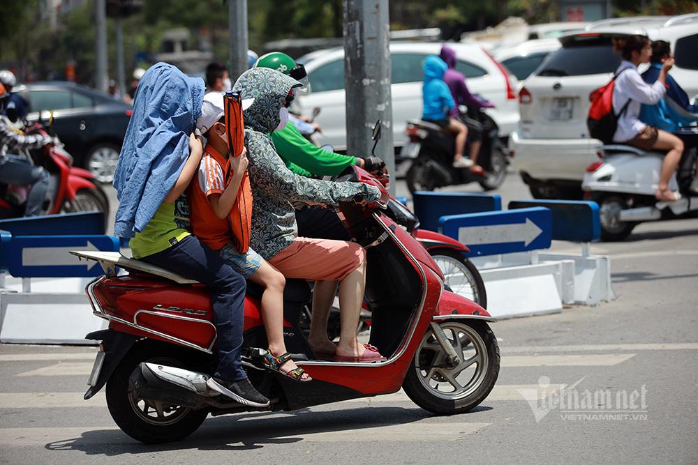Người Hà Nội chống chọi nắng nóng kéo dài
