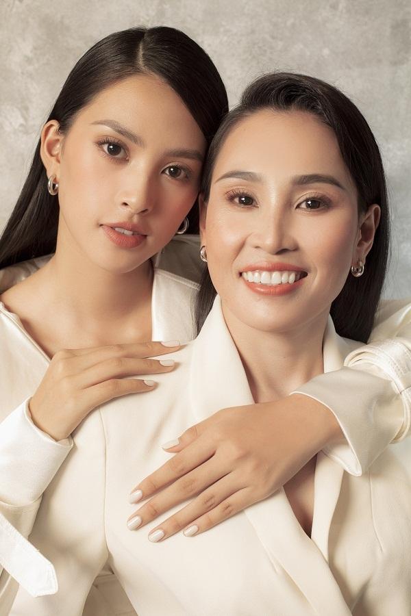 Hoa hậu Tiểu Vy khoe sắc cùng mẹ nhân ngày 20/10