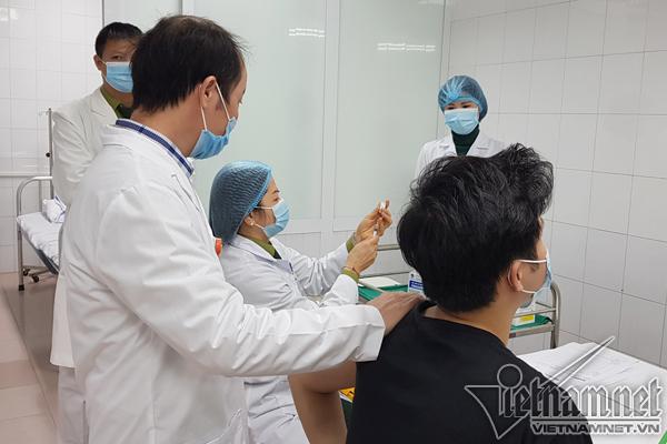 Việt Nam tiêm vắc xin Nanocovax mũi 2 cho 20 người
