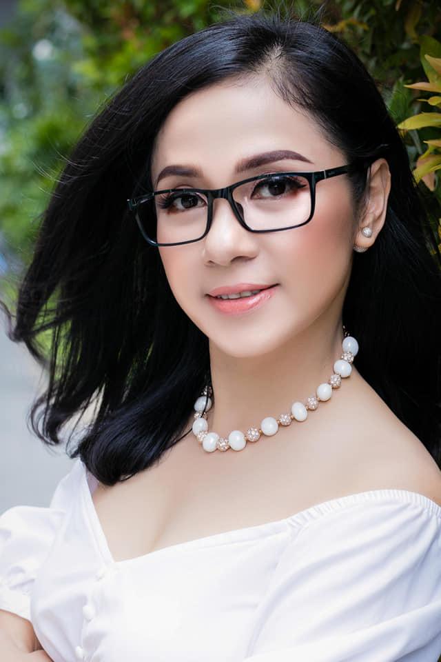 Việt Trinh vẫn trẻ đẹp U50, tuyên bố độc thân suốt đời