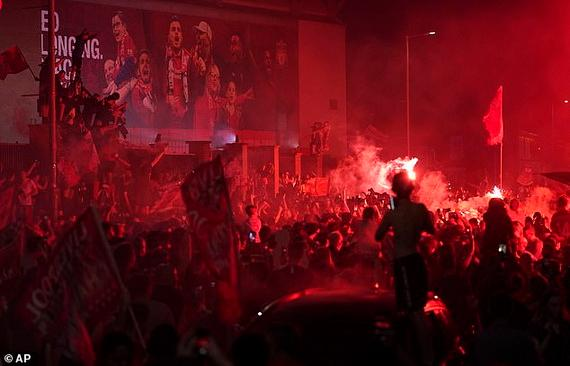 CĐV Liverpool thức trắng đêm ăn mừng chức vô địch Ngoại hạng Anh!