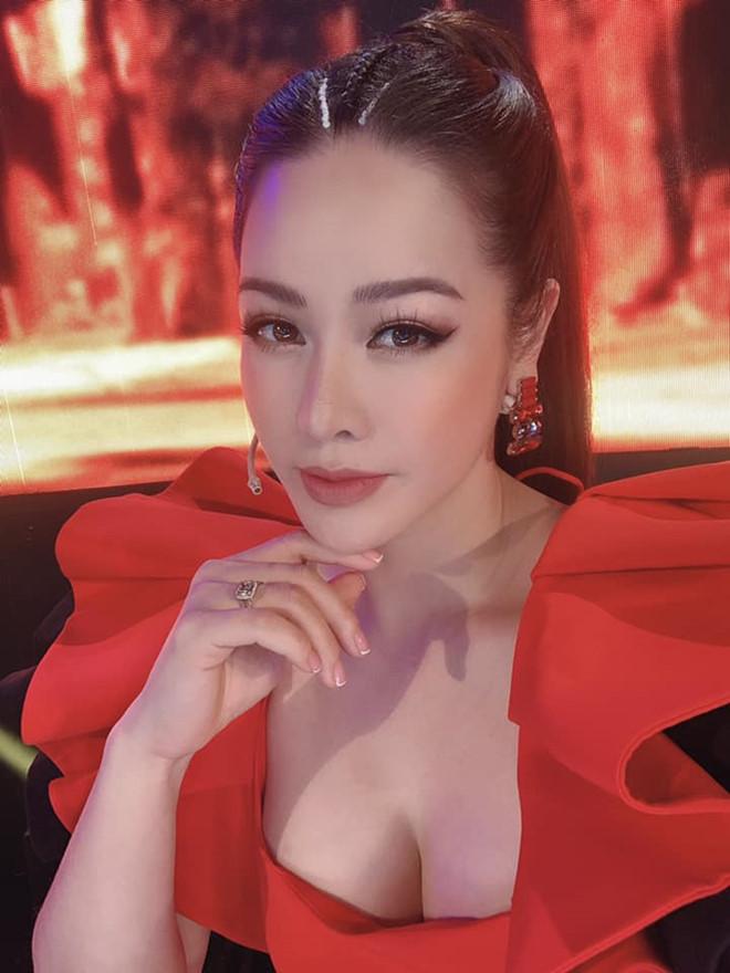 Vòng một đẹp tự nhiên, Nhật Kim Anh mặc gì cũng gợi cảm