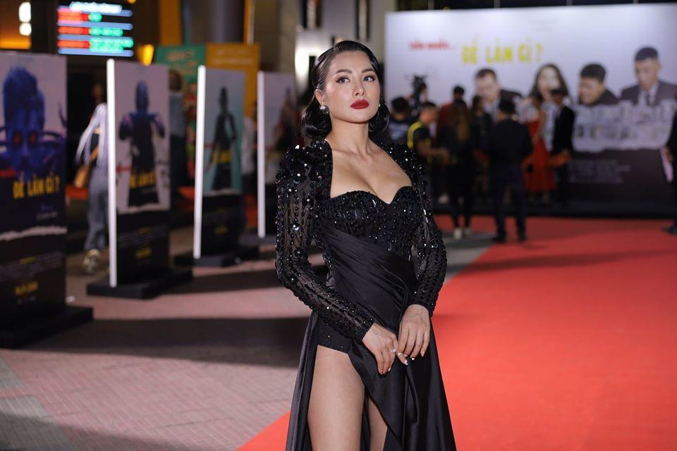 Mặc quá sexy, Yaya Trương Nhi hớ hênh trên thảm đỏ