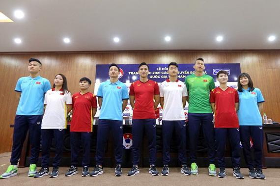 Các tuyển thủ đội tuyển nam, nữ quốc gia trong trang phục mới. Ảnh: VFF