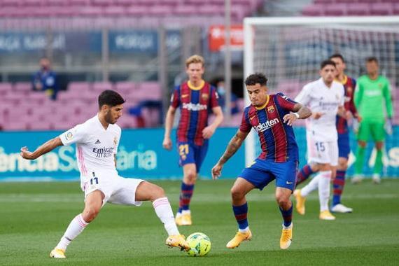 Coutinho (phải) gặp chấn thương nặng sau trận đấu với Real Madrid