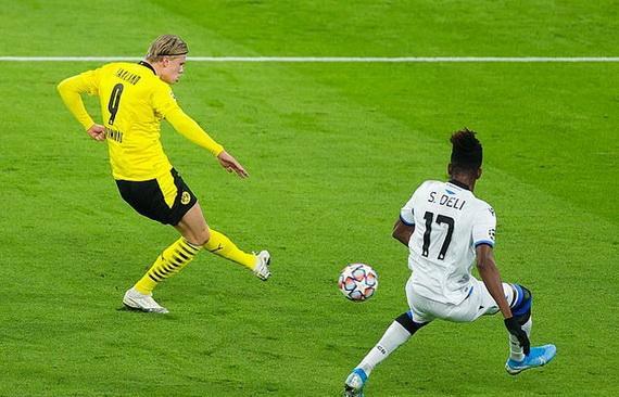 Haaland (trái) đang tỏa sáng rực rỡ trong màu áo Dortmund