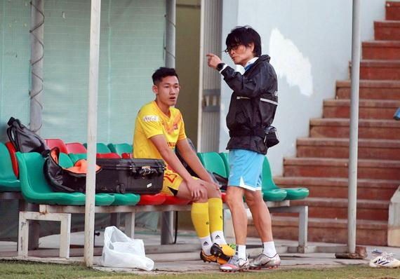Tiền vệ Nguyễn Hai Long và bác sỹ Choi Ju-young.