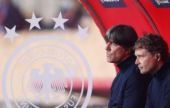 Ông Loew (trái) không rõ vì sao Đức thua trận!
