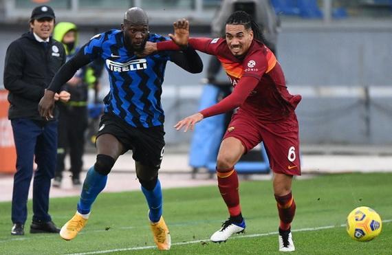 Inter Milan (áo xanh) đánh rơi điểm đáng tiếc tại Olympico