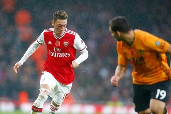 Ozil chính thức trở thành người thừa ở Arsenal