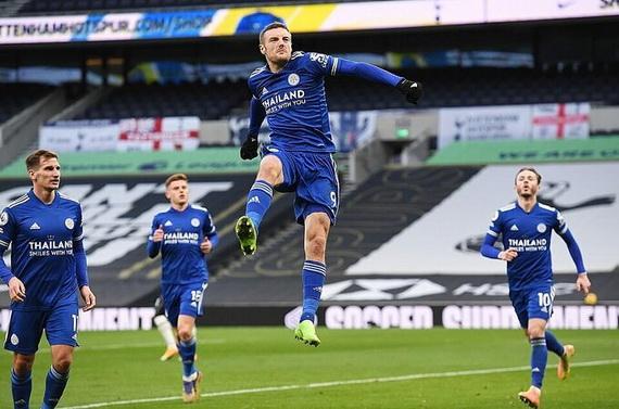 Vardy góp công lớn trong cả 2 bàn thắng của Leicester City