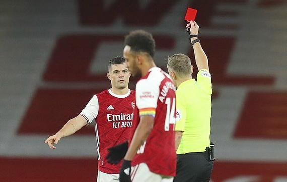 Xhaka lại khiến Arsenal khốn đốn với tính khí nóng nảy của mình!