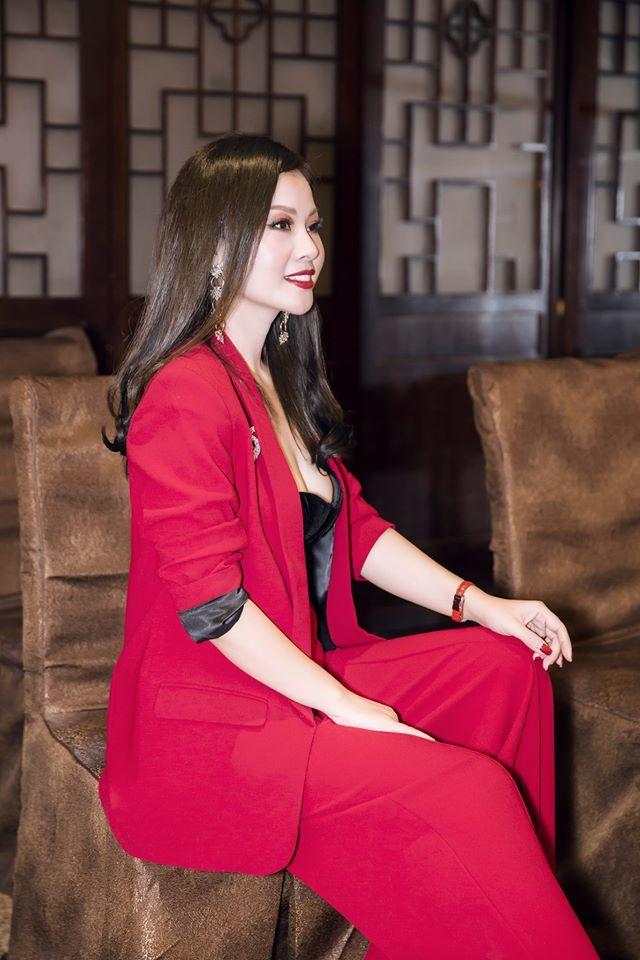 Vợ xinh đẹp mặc 'trẻ như gái 18' của ca sĩ Đăng Dương