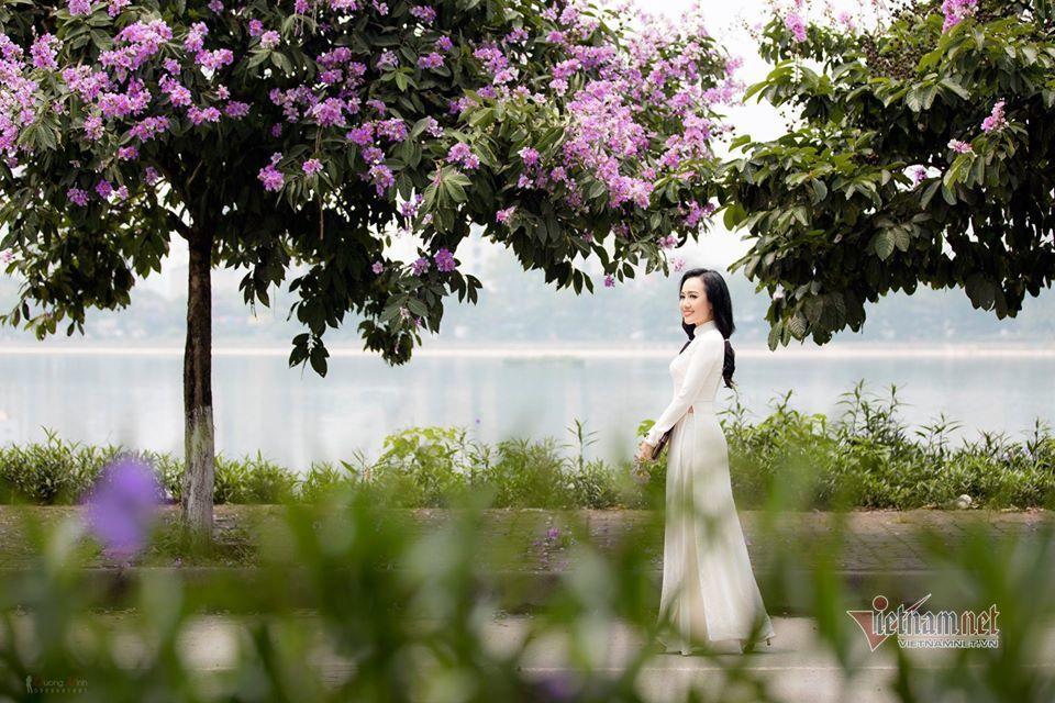 BTV Hoài Anh thời sự 19h diện áo dài trắng trẻ như 'gái đôi mươi'