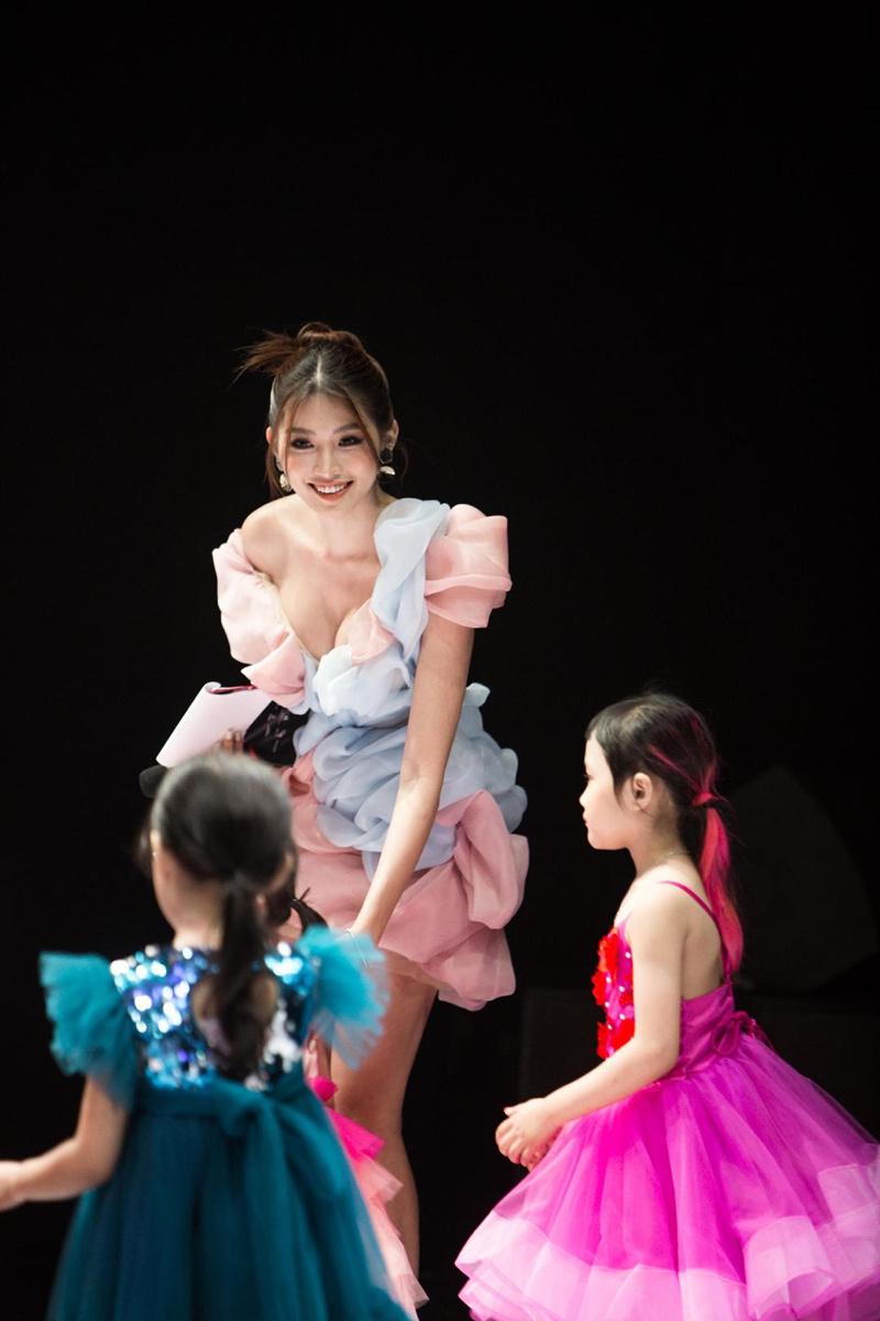 Chế Nguyễn Quỳnh Châu đọ sắc hoa hậu Khánh Vân