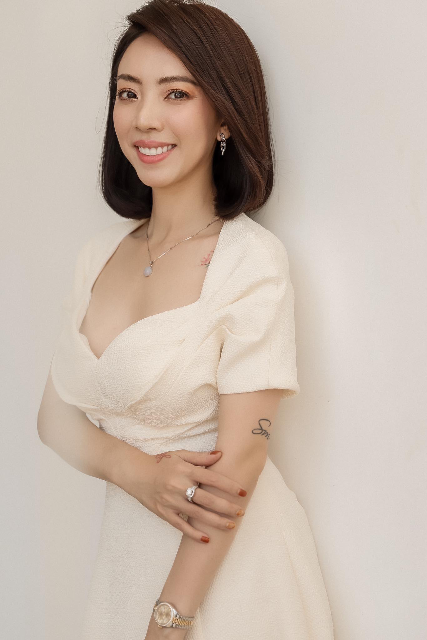 Khánh Thi xinh đẹp bên Phan Hiển trao giải 'Quả bóng vàng 2019'