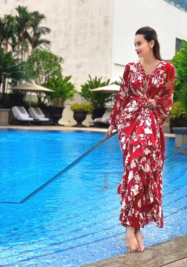 Hồ Ngọc Hà rạng rỡ với váy phom dáng rộng