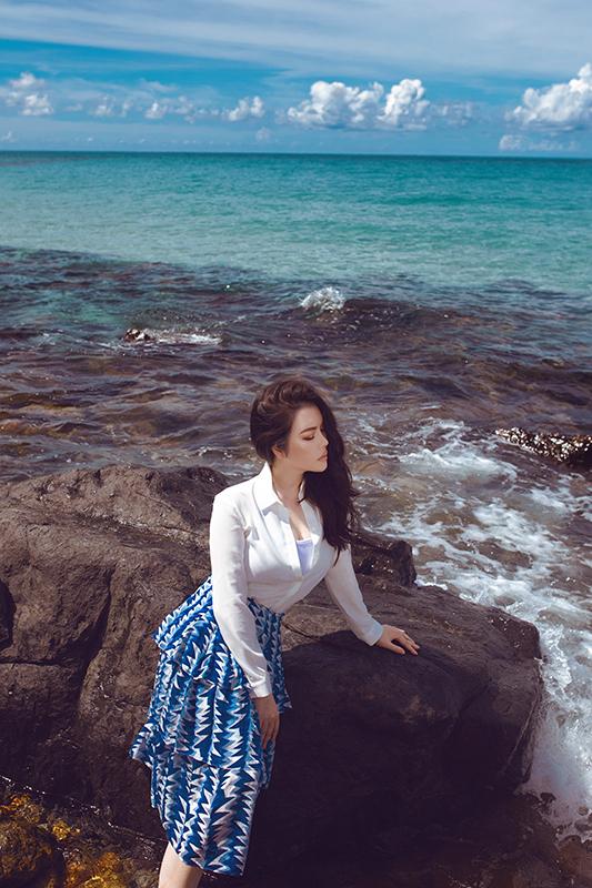 Lý Nhã Kỳ dịu dàng, ngọt ngào trước biển