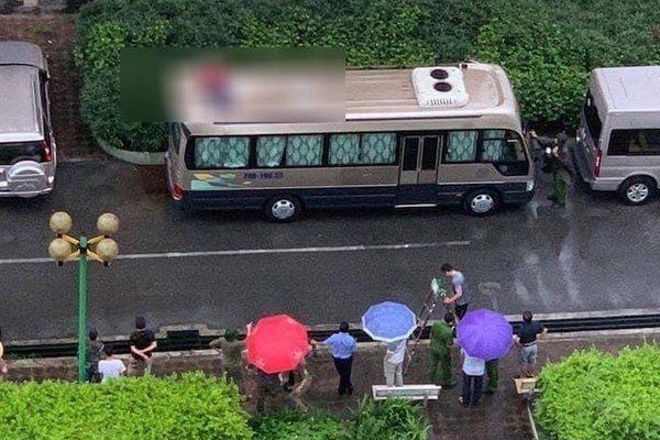 Rơi từ tầng 18 chung cư ở Tây Hồ, người đàn ông tử vong trên nóc ô tô