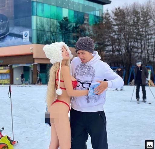 Trời lạnh -6 độ, Ngân 98 lại gây sốc khi mặc bikini uốn éo tạo dáng cùng bạn trai ở Hàn Quốc-1