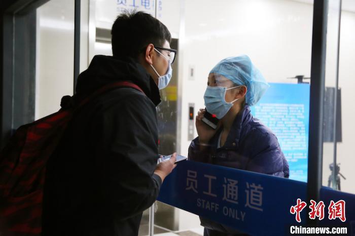 Nữ y tá hôn bạn trai qua tấm kính cách ly gây xúc động mạnh