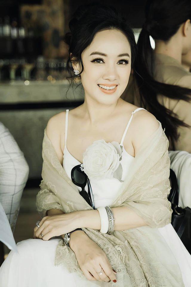 Vẻ đẹp dịu dàng ngắm mãi không chán của BTV Hoài Anh